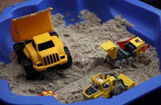 Детская строительная спецтехника в песочнице
